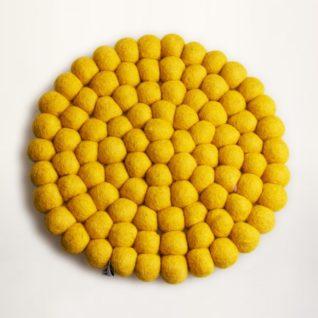 gul bordskåner af uldkugler